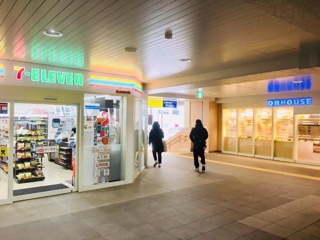 京急鶴見駅改札前のセブンイレブンです。