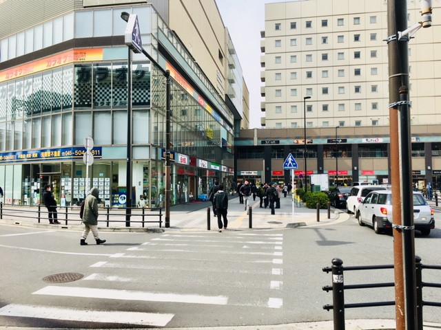 京急鶴見駅西口前の横断歩道です。