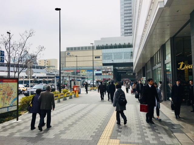 JR鶴見駅東口の地上に出たら右へ直進100m。