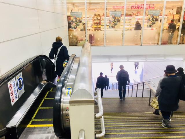 JR鶴見駅東口階段またはエスカレーターで地上へ下りてください。